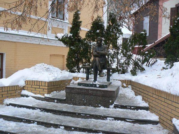 """""""Psie serce"""" Michaiła Bułhakowa (na ilustracji pomnik pisarza znajdujący się w Kijowie) zostało pierwszy raz opublikowane w 1987 roku. Bohaterem opowiadania jest profesor, który przeszczepia psu ludzką przysadkę mózgową."""