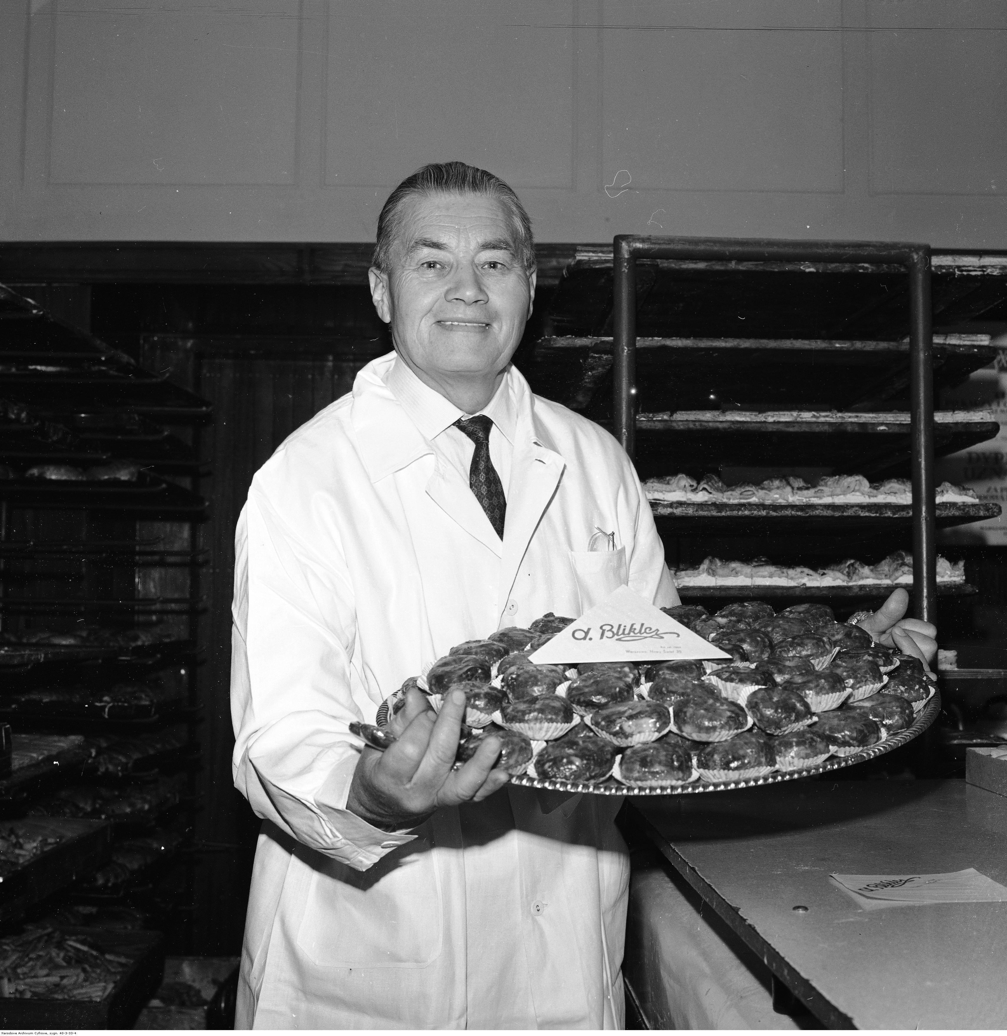 Jerzy Czesław Blikle z tacą pączków w latach 70-tych. Mimo incydentu z aresztowaniem za zakup 15 jajek, nie zrezygnował z prowadzenia swej warszawskiej cukierni.