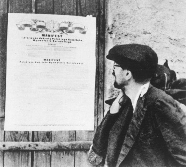 Proces w sprawie tzw. afery mięsnej odbywał się w trybie doraźnym, przewidzianym dekretem PKWN z 1945 roku. Było to rażącym naruszeniem prawa i stanowiło jedną z przyczyn uchylenia wyroku w 2004 roku. Na zdjęciu obywatel czytający Manifest PKWN.