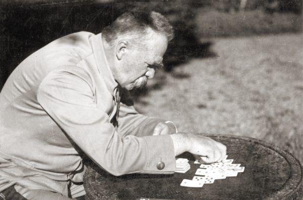 Jedną z ulubionych rozrywek Marszałka było stawianie pasjansa. Ciekawe czy posługiwał się kartami, gdy rozstrzygał prośby o ułaskawienie.