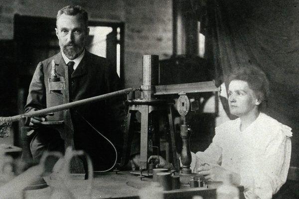 Maria Skłodowska-Curie z mężem w laboratorium w 1904 roku.