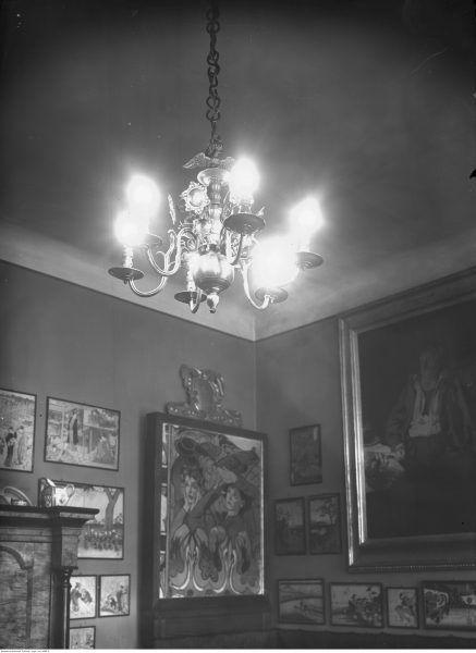 Wnętrze domu. Widoczny stary świecznik przerobiony na żyrandol elektryczny. 1938 rok.