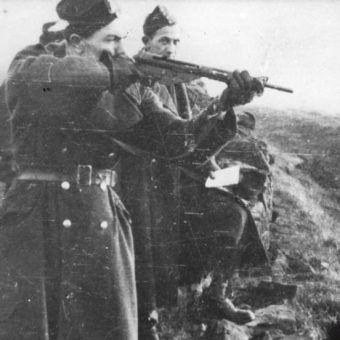 Szkolenie strzeleckie akowców (w tym przypadku cichociemnych) w 1943 roku.