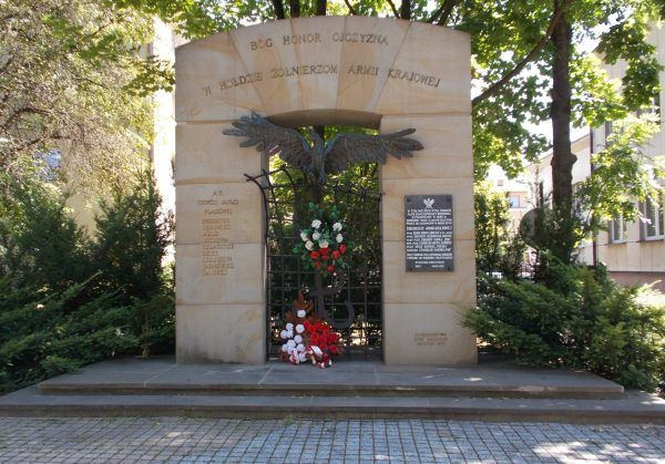 """Monument poświęcony żołnierzom AK w Jaśle. Zdjęcie pochodzi z książki """"AK 75. Brawurowe akcje Armii Krajowej""""."""