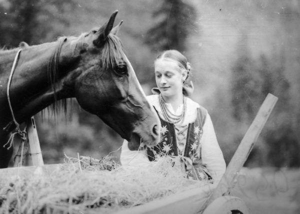 Młoda góralka z koniem (fot. domena publiczna)