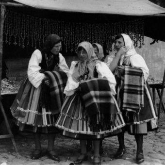 Kobiety w strojach ludowych przed straganem w Łowiczu podczas uroczystości Bożego Ciała w 1933 roku.
