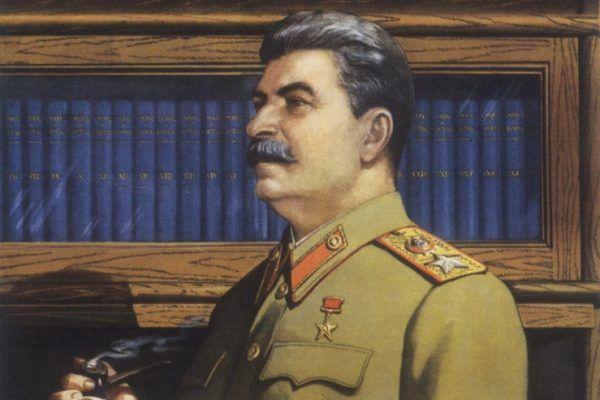 Stalin jako intelektualista? Tak przedstawiano go na propagandowych sowieckich plakatach. Dyktator uważał się bowiem za geniusza. Raz postanowił swoje błyskotliwe pomysły nawet spisać. Ze szkodą dla ludzkości…