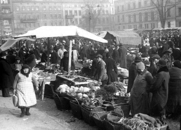 Stragany na placu Sapieżyńskim w Poznaniu. Jedno z tych miejsc, gdzie polska gospodyni mogła zostać bezczelnie oszukana.
