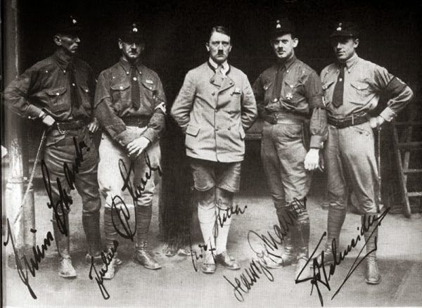 Adolf Hitler w bawarskim stroju na zdjęciu z 1925 roku.