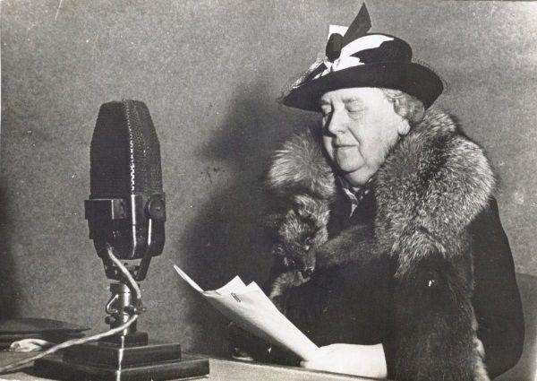 Królowa Wilhelmina odczytująca podnoszące na duchu przemówienie do Holendrów.(fot. domena publiczna)
