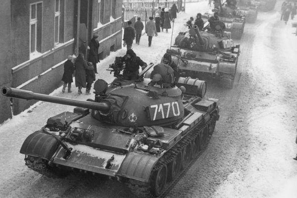 Czołgi T-55A podczas wprowadzania stanu wojennego w Zbąszyniu.