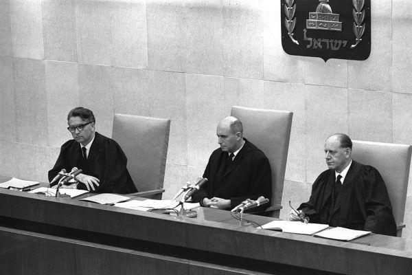 Sędziowie na procesie Adolfa Eichmanna w Jerozolimie roku 1961: Benjamin Halevy, Moshe Landau oraz Yitzhak Raveh.