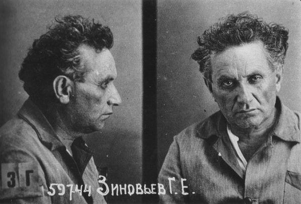 Grigorij Zinowiew był rosyjskim komunistą żydowskiego pochodzenia i czołowym działaczem ruchu bolszewickiego. Stalin szybko uznał go za zagrożenie. Sądzony w pokazowym pierwszym procesie moskiewskim u progu wielkiego terroru w ZSRR, w 1936 roku został stracony. Na zdjęciu Zinowiew po aresztowaniu przez NKWD.