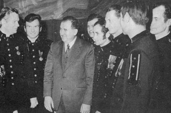 Zdzisław Grudzień, którego śmierć wstrząsnęła Gierkiem, był członkiem KC PZPR oraz Biura Politycznego. Po wprowadzeniu stanu wojennego internowany; zmarł, ponieważ nie udzielono mu pomocy medycznej. Na zdjęciu Grudzień na spotkaniu z członkami załogi Kopalni Węgla Kamiennego Sosnowiec w 1973 roku.