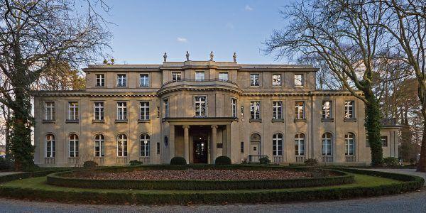 Willa przy Großer Wannsee 56/58, w której 20 stycznia 1942 odbyła się konferencja niemieckich prominentów nazistowskiej służby państwowej pod przewodnictwem Reinharda Heydricha. To tu podjęto decyzje dotyczące praktycznego rozwiązania kwestii żydowskiej. Nie ma wątpliwości, że Eichmann brał w niej udział.