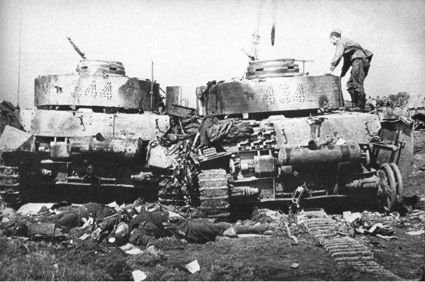 """Podczas operacji """"Bagration"""" Niemców czekał pogrom. Na zdjęciu zniszczone czołgi i ich martwa załoga pod Bobrujskiem."""