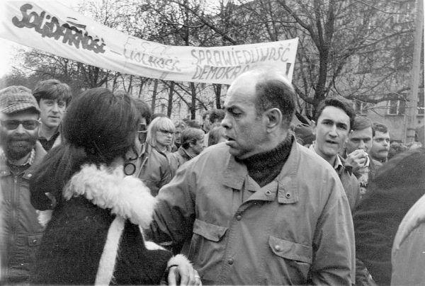 """Jednym z oskarżonych w procesie """"jedenastu"""" był Jacek Kuroń, współzałożyciel KOR, po odzyskaniu przez Polskę wolności poseł na Sejm I, II i III kadencji. Na zdjęciu z opozycją podczas demonstracji pierwszomajowej w 1989 roku."""