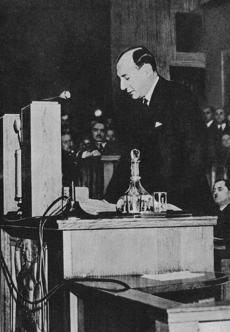 """Józef Beck wygłaszający przemówienie w Sejmie 5 maja 1939 roku, podczas którego padły w ust premiera następujące słowa: """"My w Polsce nie znamy pojęcia pokoju za wszelką cenę""""."""