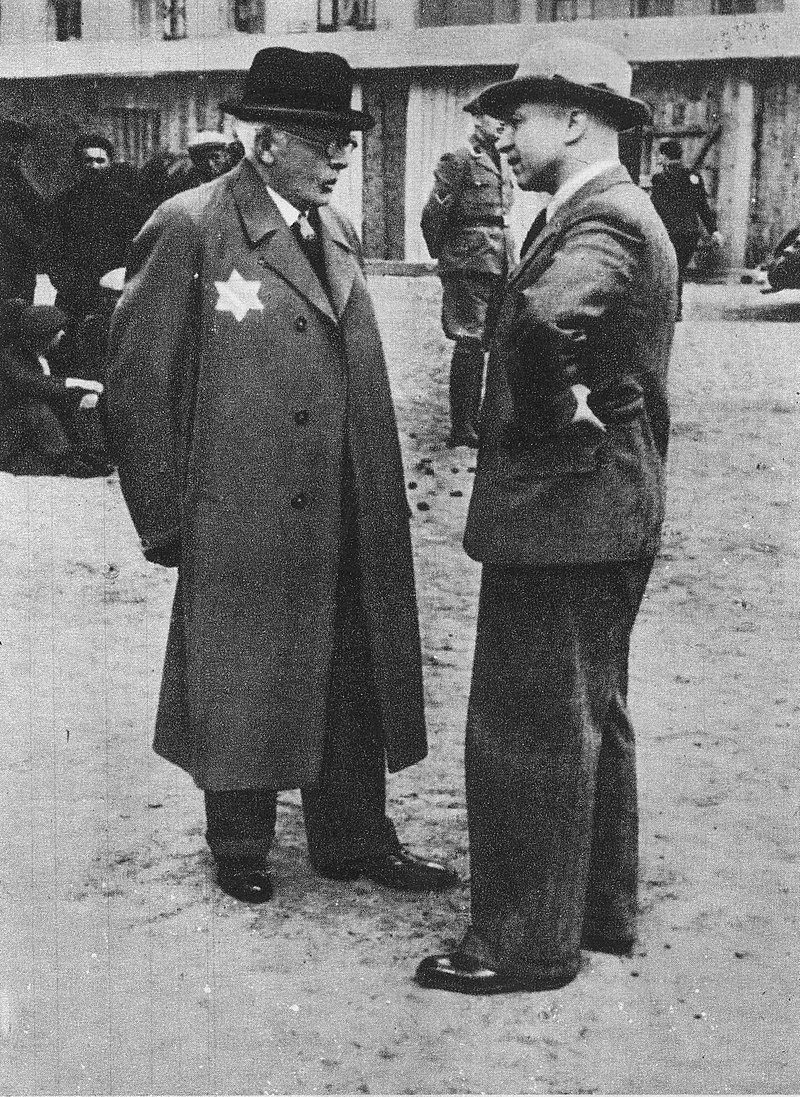 Przełożony Starszeństwa Żydów w Łodzi Chaim Rumkowski i Hans Biebow (niemiecki zbrodniarz wojenny i szef niemieckiej cywilnej administracji łódzkiego getta) w getcie w Łodzi, w którym miała miejsce tzw. Wielka Szpera.