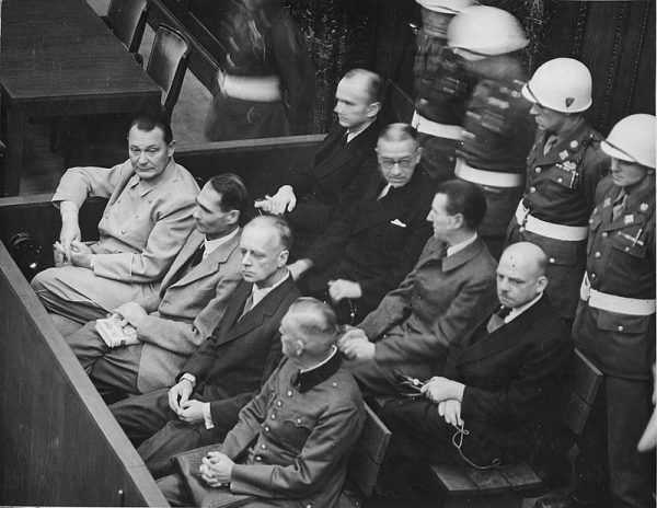 Ława oskarżonych w Norymberdze. Siedzą od lewej w pierwszym rzędzie: Göring, Hess, Ribbentrop, Keitel. W drugim rzędzie: Dönitz, Raeder, Schirach, Sauckel. Chociaż nie było tam Adolfa Eichmanna, izraelski wywiad nie spoczął póki go nie znalazł. W 1961 roku nazistowski zbrodniarz stanął przed sądem w Jerozolimie.