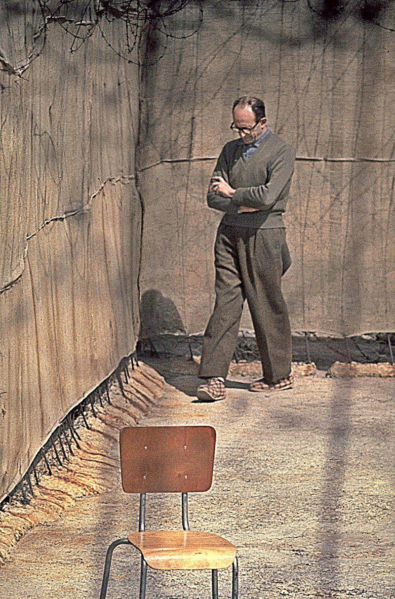 Adolf Eichmann w izraelskim więzieniu w 1961 roku. Wyrok, który miał wkrótce usłyszeć niemal cała międzynarodowa społeczność uznała za triumf wymiaru sprawiedliwości.