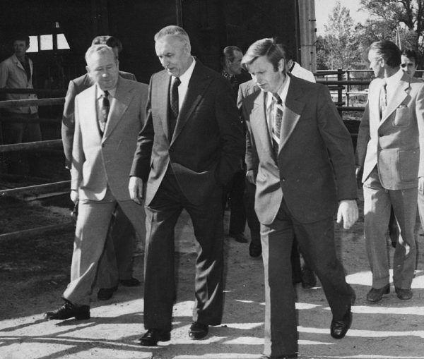 To że Gierek był lubiany w społeczeństwie, nie uchroniło go przed zemstą politycznych rywali w łonie partii. Na zdjęciu Edward Gierek z wizytą w PGR-ze w Rząśniku jeszcze podczas sprawowania swojej funkcji I sekretarza KC PZPR.