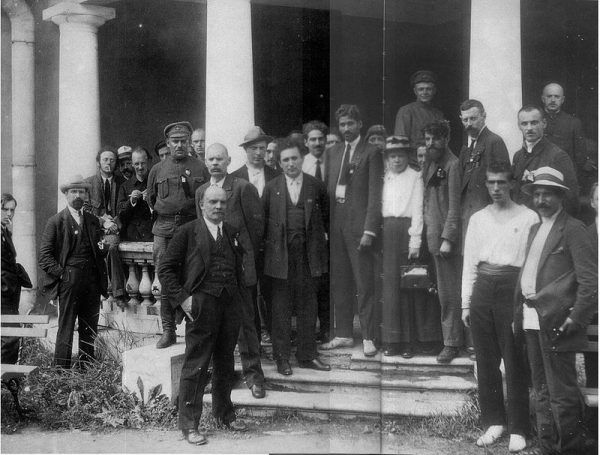 Międzynarodówka Komunistyczna, w skrócie Komintern, powstała w Moskwie w 1919 z inicjatywy Lenina. Jednym z jej elementów była także Komunistyczna Partia Polski. W czasie wielkiej czystki w Związku Radzieckim NKWD uwięziło i zgładziło większość komunistycznych działaczy znajdujących się w jej strukturach. Na zdjęciu delegaci na II kongres Kominternu, Piotrogród, 19 lipca 1920.