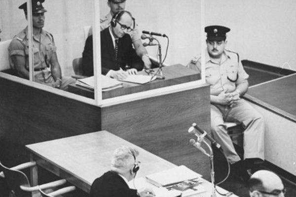 Porwanie z Argentyny Adolfa Eichmanna było kolejnym z sukcesów Mosadu, izraelskiej agencji wywiadowczej. Na zdjęciu nazistowski zbrodniarz przed sądem.