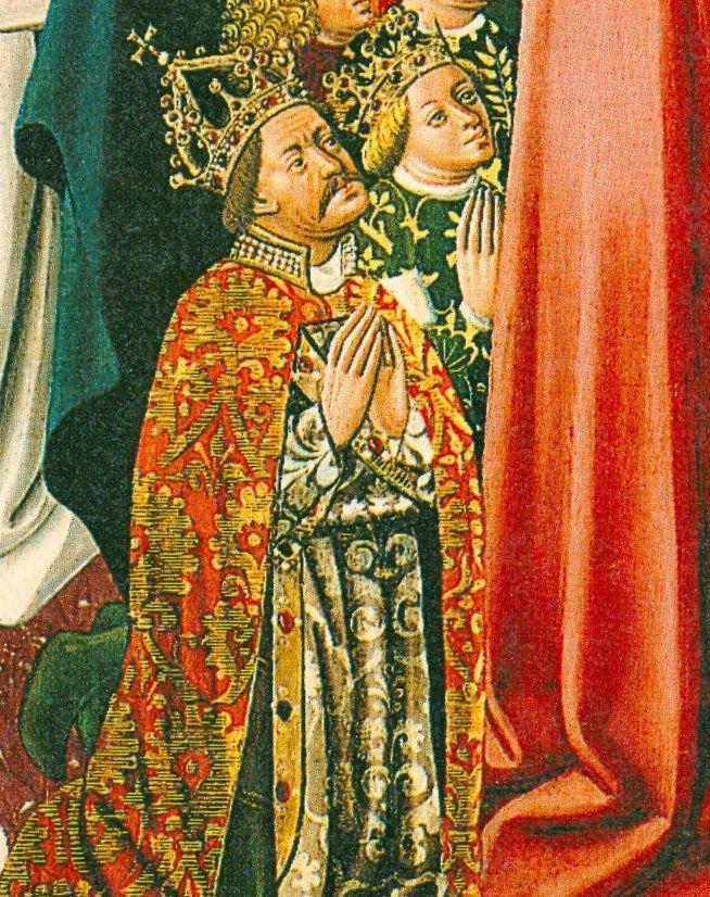 Albrecht V zgromadził aż trzy korony dzięki udanemu małżeństwu. Utrzymanie ich było znacznie trudniejsze. Na malowidle modlący się Albrecht, a za nim żona Elżbieta.