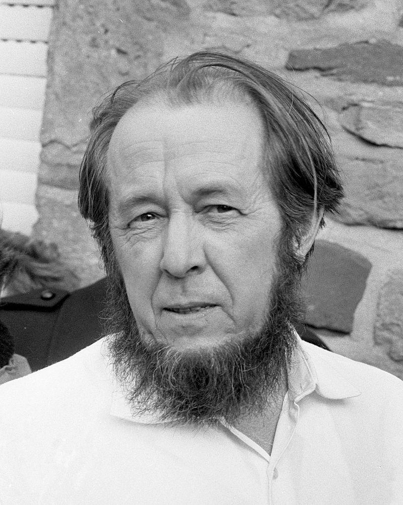 """Aleksandr Sołżenicyn pisał głównie o komunistycznym systemie zniewolenia i terroru, ukazując gehennę życia w łagrach. Jego najsłynniejszym dziełem okazał się """"Archipelag GUŁag"""". Na zdjęciu Sołżenicyn ok 1974 roku."""