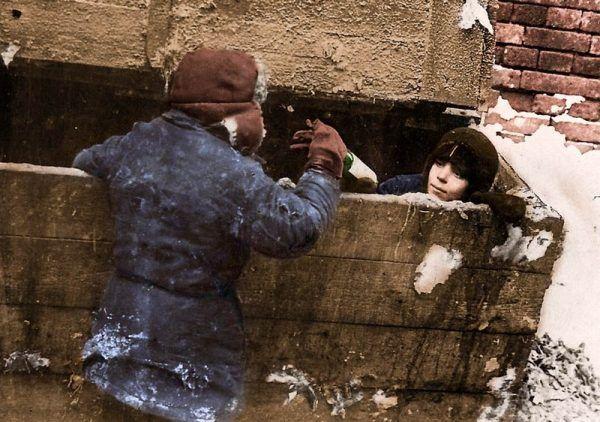 Pozbawieni rodziców, domu i poczucia bezpieczeństwa musieli sobie jakoś radzić, nawet jeśli to oznaczało koczowanie zimą w nieogrzewanej piwnicy.
