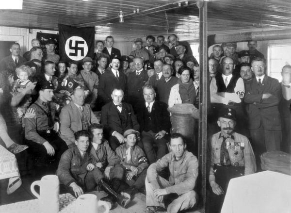 Rządy NSDAP charakteryzowały się terrorem, totalną inwigilacją, likwidacją opozycji i programem podboju Europy, czemu towarzyszył plan ludobójstwa ludności podbitych państw. Kierownictwo partii zostało uznane w procesach norymberskich za organizację przestępczą. Na zdjęciu spotkanie członków NSDAP w 1930 roku.