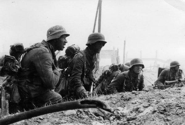 Niemiecka piechota podczas walk ulicznych w Stalingradzie we wrześniu 1942 roku.