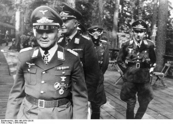 Dowódcy niemieckich wojsk powietrznodesantowych - pułkownik Bernhard Ramcke, generał Kurt Student i major Hans Kroh - sfotografowani w 1941 roku.