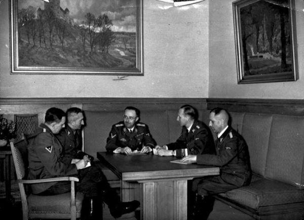 Szef Gestapo Heinrich Müller (pierwszy z prawej) podczas narady kierownictwa niemieckiej policji. Od lewej siedzą: oficer SS Franz Josef Huber, szef Kripo Arthur Nebe, szef SS i policji Heinrich Himmler i szef RSHA Reinhard Heydrich. Czy rzeczywiście Eichmann wykonywał tylko ich polecenia? Zdjęcie wykonano w listopadzie 1939 roku.