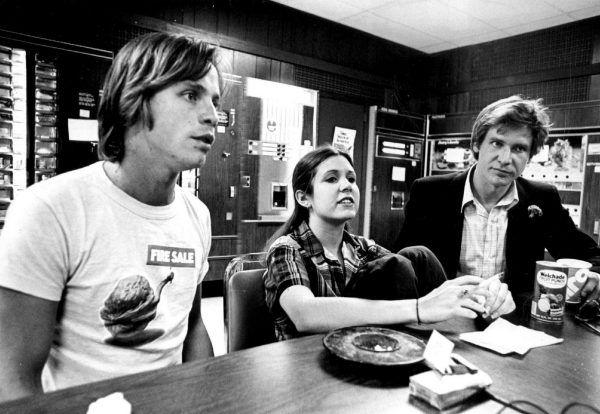 """Carrie Fisher nigdy nie udało się uwolnić od księżniczki Lei. Na zdjęciu z Markiem Hammilem i Harrisonem Fordem w trakcie przekąski podczas pierwszej trasy promującej """"Gwiezdne wojny"""". Fotografia pochodzi z książki """"Pamiętnik księżniczki""""."""