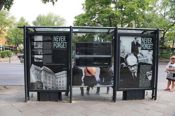 Eichmann odpowiedział za swoje zbrodnie, które nie zostały mu zapomniane mimo upływu 15 lat od zakończenia II wojny światowej. Sam nazistowski oficer również nie został po śmierci zapomniany. Na zdjęciu memoriał na przystanku autobusowym w pobliżu siedziby Eichmanna przy Kurfurstenstrasse 115, obecnie zajmowanej przez hotel.
