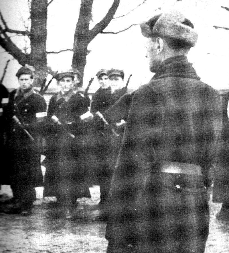 """Jedną z ofiar sowieckiego """"wyzwolenia"""" był pułkownik Aleksander Krzyżanowski """"Wilk"""" - na zdjęciu przed oddziałem w styczniu 1944 roku."""