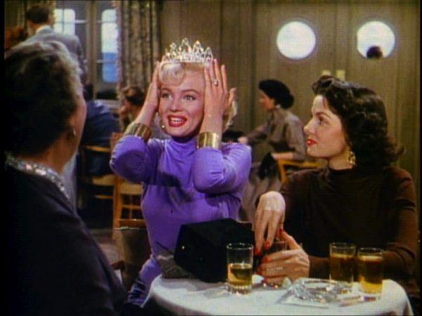 """Przed publicznością Monroe nieodmiennie grała słodkie trzpiotki, jej życie prywatne wypełnione było jednak problemami. Kadr z filmu """"Mężczyźni wolą blondynki"""" z 1953 roku."""