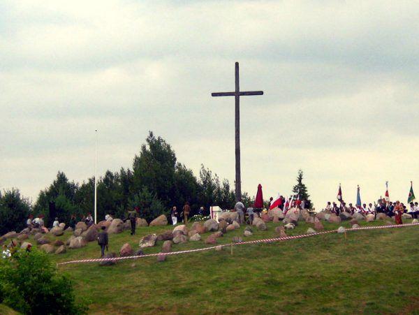Dla uczczenia ofiar obławy augustowskiej w Gibach (województwo podlaskie) ustawiono krzyż wraz z symboliczną mogiłą zaginionych.