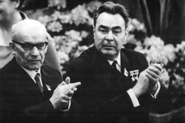 """W II połowie lat 60-tych Gomułka zaczął coraz bardziej kłaść nacisk na """"właściwe stosunki"""" z ZSRR. Na zdjęciu Gomułka i Breżniew w NRD w 1967 roku."""