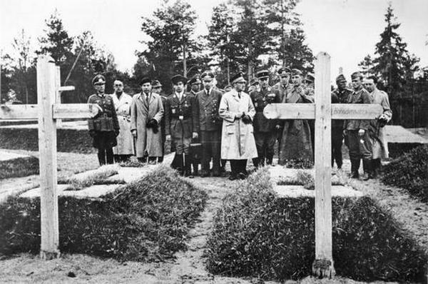 Groby polskich generałów zamordowanych przez NKWD w Katyniu.