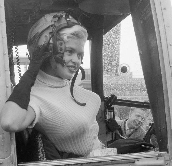 Piękna, inteligentna i... bardzo nieszczęśliwa. Jayne Mansfield w 1957 roku opuszcza Rotterdam helikopterem.