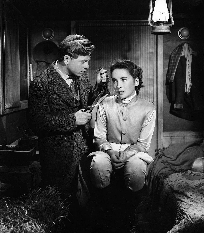 """Z powodu roli w filmie """"Wielki skok"""" młodziutka Elisabeth Taylor nie tylko stała się sławna, ale i zaczęła się jej droga w stronę uzależnienia od leków przeciwbólowych. Kadr z filmu - obok Taylor stoi Mickey Rooney."""