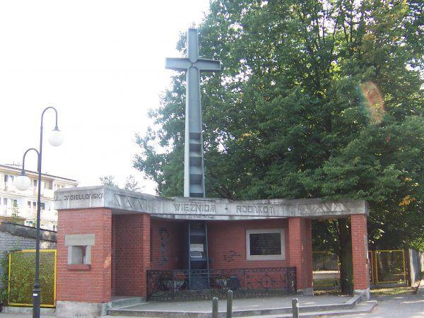 """Jeden z obozów, w których NKWD przetrzymywała żołnierzy AK i NSZ, był obóz w Rembertowie. Na zdjęciu pomnik ofiar NKWD na terenie byłych Zakładów Amunicyjnych """"Pocisk""""."""