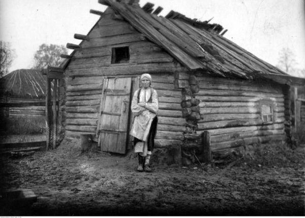 Kobieta z powiatu sarneńskiego obok swojego walącego się domu. Choć dziś nie chcemy o tym pamiętać, ogromne rzesze ludności żyły w 20-leciu międzywojennym w skrajnej biedzie...