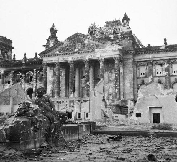 Po przejściu Armii Czerwonej z Berlina pozostały zgliszcza. Na zdjęciu ruiny Reichstagu i okolic.