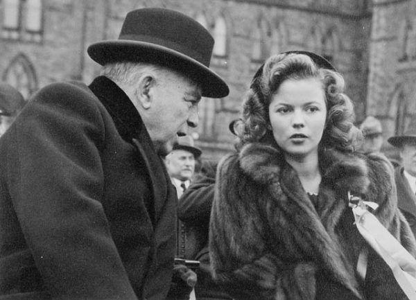 U progu dorosłości Shirley Temple miała za sobą traumę, ojciec przehulał jej pieniądze, a zawarte pospiesznie małżeństwo się rozpadło. Na zdjęciu aktorka w wieku 16 lat, obok premiera Kanady Mackenzie Kinga.