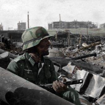 Niemiecki żołnierz pod Stalingradem. Jedno z nielicznych kolorowych zdjęć z tej krwawej bitwy.