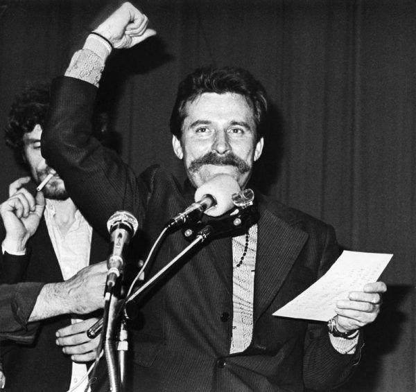 """Dlaczego Lech Wałęsa uniknął losu słynnej """"jedenastki"""", którą postawiono w stan oskarżenia w latach 1981-1984? Czyżby władzom PRL chodziło o podzielenie opozycji i zasianie wątpliwości, co do uczciwości jednego z jej liderów? Na zdjęciu Wałęsa w czasie strajku w sierpniu '80 w Stoczni Gdańskiej."""